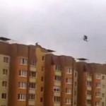 俄男子10层高楼之间走钢丝无任何防护