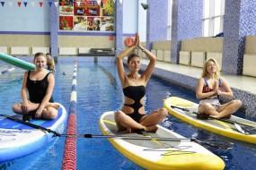 瑜伽和冲浪合二为一:水上桨板瑜伽走红欧美