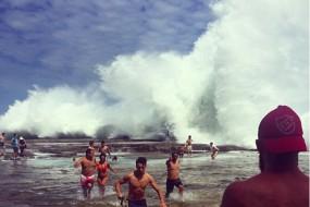 滔天巨浪袭击悉尼海岸 上百人被卷入大海