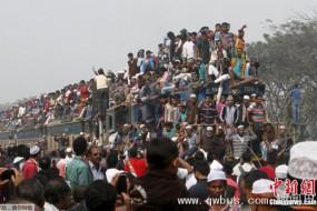 孟加拉人挤火车再现开挂神技