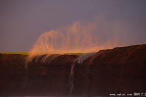 英海岸遭强风场面震撼 诡异云层下瀑布水倒流
