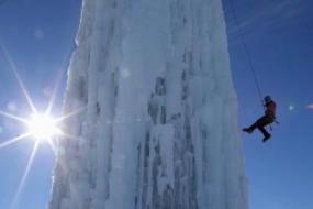 给跪了:谷仓浇水变冰山 一出家门就能玩攀冰