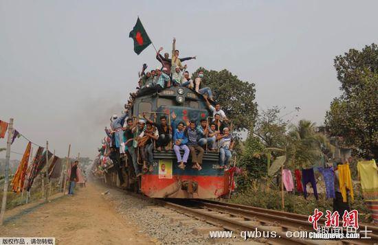 地时间1月10日,孟加拉国达卡大批穆斯林信徒在参加完世界穆斯林大会后乘火车离开,火车上拥挤不堪人山人海,甚至连车顶也坐满人。