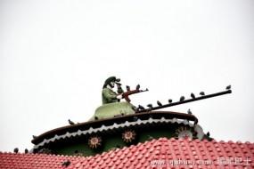 印民居房顶放坦克飞机:原来是这用途