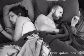 80后夫妻睡一张床每晚用手机发信息道晚安