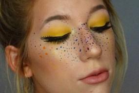 彩色雀斑成为时尚潮流 美妆达人亲身演示