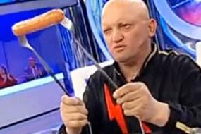 塞尔维亚放电奇人徒手烤熟香肠