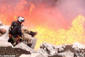 真玩命!男子用火山岩浆烤三明治