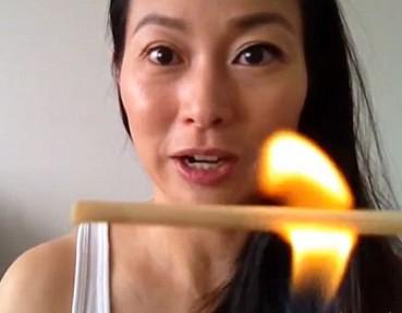 韩国美容新花样:火烧木棒卷睫毛