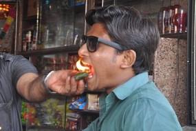 印度新式口腔清洁法:点把火放嘴里