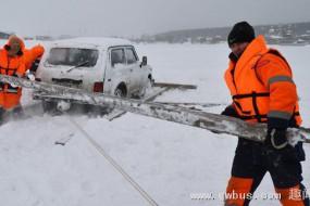 浮冰断裂带走55人  俄一港湾冰层漂走渔夫遇险