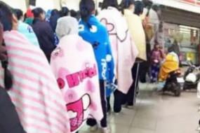 泰国学生披被单浴巾上课对抗寒流