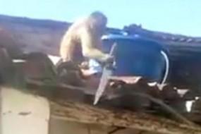 猴子喝醉持刀追赶顾客