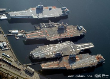 美国退役航母群锈迹斑斑