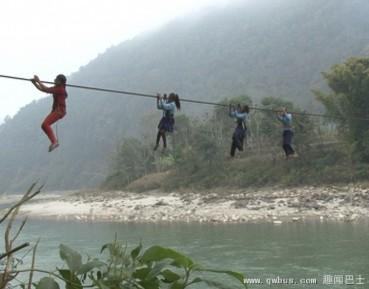 尼泊尔学生悬挂一根绳索渡河上学