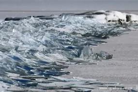 北美湖面神奇堆积冰似玻璃碎片