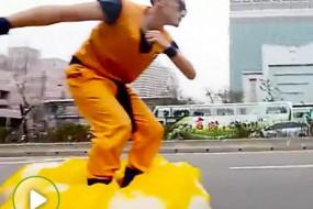 台湾小伙将平衡车改造成筋斗云街头耍酷