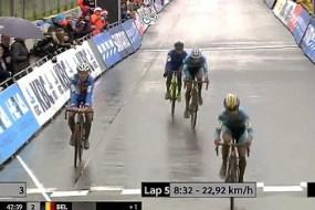 自行车赛手误认为到终点高兴太早错失冠军