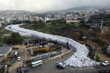 黎巴嫩垃圾袋似白色大河流过街道