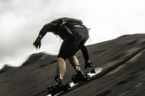 活火山口旁玩滑板:有趣又刺激!