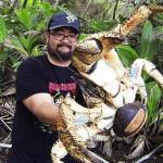 游客抱起1米长大螃蟹面不改色
