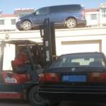 车乱停堵住门被架上房顶