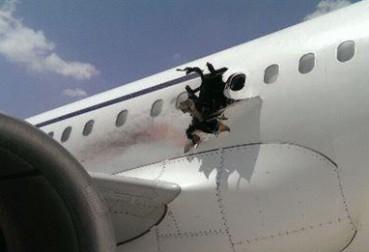 索马里客机高空被炸出大洞  有乘客摔落