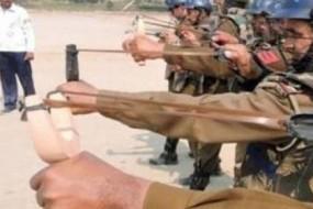 印度警察配备弹弓加辣椒球