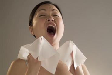 春节相亲要风度   一个喷嚏打歪下巴