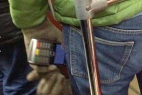 小偷用终端扫描乘客兜里信用卡隔空偷钱