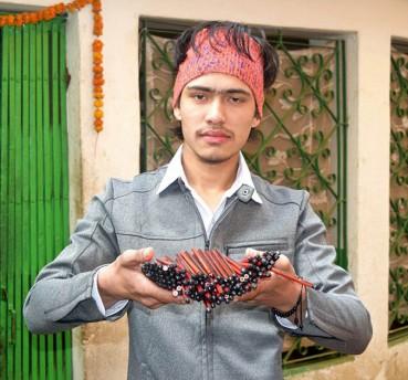尼泊尔男拥有世界最大嘴 可吞138支铅笔