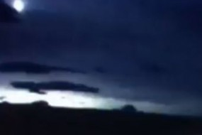 苏格兰夜空出现巨大蓝色火流星