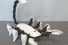 大学生发明机器蝎子能发现敌情并攻击