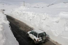 西班牙暴雪奇观:公路两侧雪墙高达数米