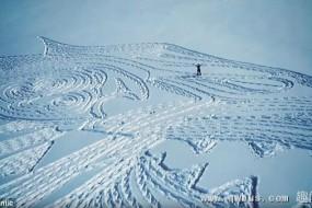 艺术家6万步雪地踩出狼图腾 耗时13小时