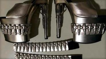 """美机场安检查出""""枪炮高跟鞋"""" 造型奇葩"""
