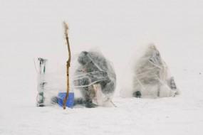 第二冷城市雅库茨克渔民裹塑料袋垂钓