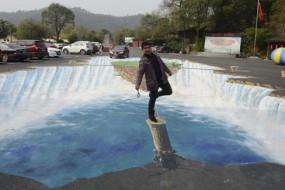 长沙停车场巨型3D画司机如开进瀑布