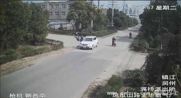 男子车祸被撞飞360°空翻竟毫发无伤 原因惊了-趣闻巴士