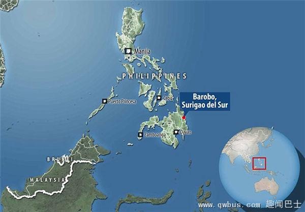 两名渔民在菲律宾南部南苏里高省的海岸上,发现来历不明的船艇。