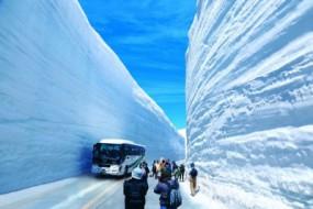 日景区通车 人车穿行世界罕见巨型雪墙