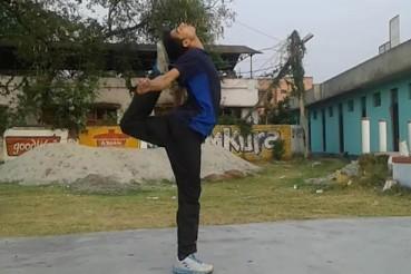 男子逆天绝技:脚踢自己后脑勺
