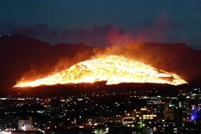 日本壮观扇山火祭 火烧荒山烈焰冲天