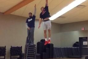 美健身教练垂直弹跳力惊人 轻松摸3米高天花板