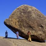 印度神奇巨石斜立山坡千年不倒