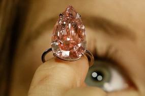 世界最大梨形粉钻无双将拍卖 估价约2.5亿元