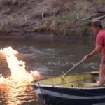 澳洲男子点燃河水 呼吁关注污染