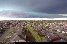 美诡异绿色云团带棒球大冰雹