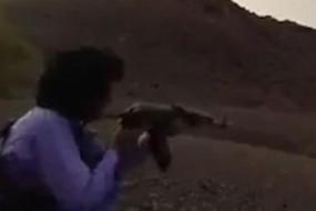 巴神枪手用AK-47步枪百步灭烟头
