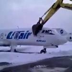 俄猛男开挖掘机砸烂飞机